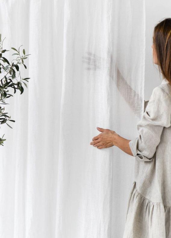 Transparenter Vorhang oder Gardine in weiß