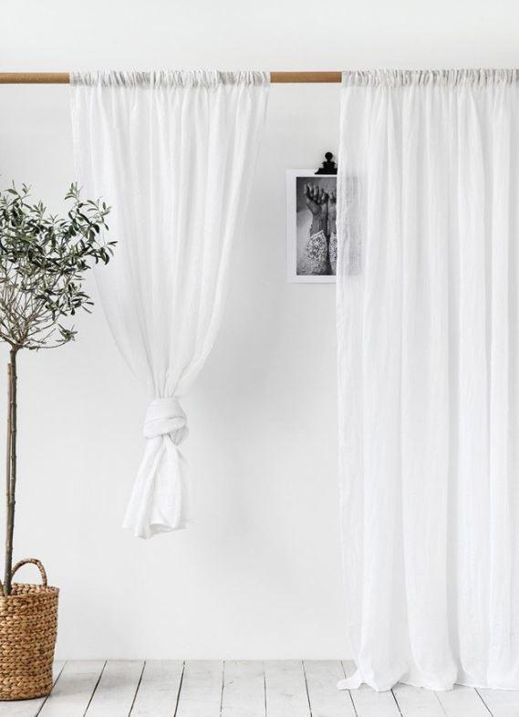 Transparenter, durchscheinender Vorhang in weiß