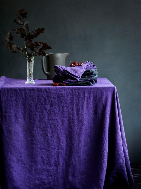 Leinentischdecke-in-aubergine-von-Lovely-linen